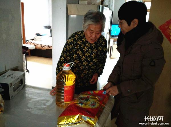 看望孤寡老人心得_秦皇岛市迎秋里社区新年为老人送温暖|老人|干部_凤凰资讯