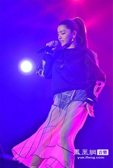江映蓉現身周口群星演唱會 透明性感長裙引沸騰