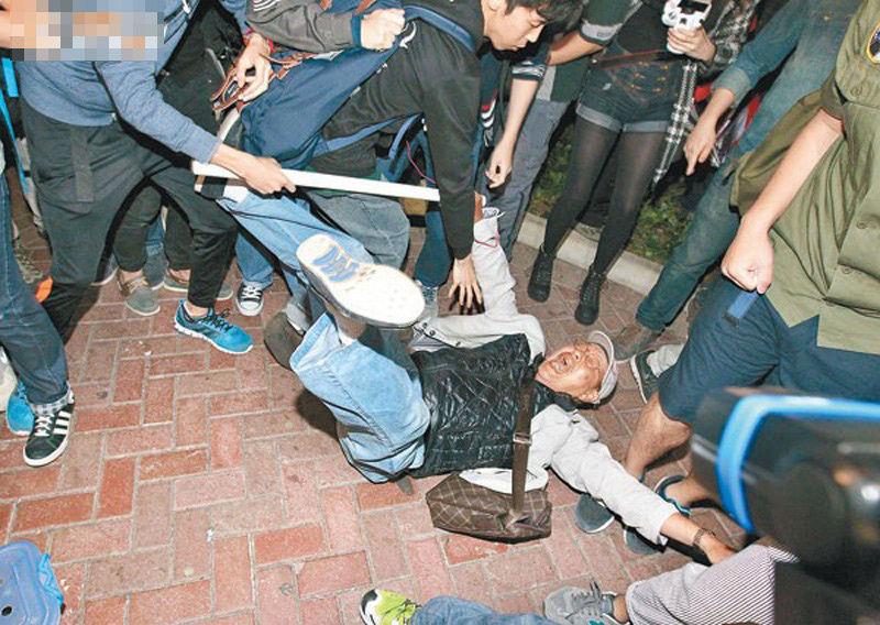 中国捐精过程及图片_香港反水货客示威者推倒老人吓哭小孩(图)_公益频道_凤凰网