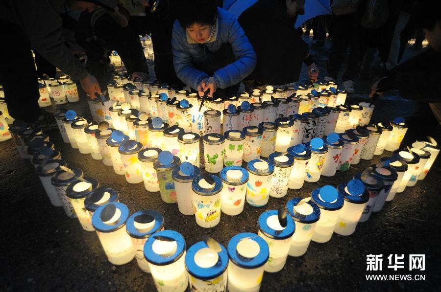 3月11日,在日本福島縣舉行的311大地震一周年紀念活動上,人們點燃蠟燭悼念逝者。 當日,日本福島縣舉行311大地震一周年追悼活動,來自地震重災區巖手縣、福島縣和宮城縣的500多名市民代表點燃蠟燭,追思大地震的死難者,企盼未來的美好生活。  新華社發(關賢一郎攝)