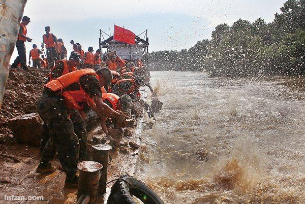 98洪灾_7月19日,长江九江段1998年决口处再现崩岸险情. (cfp/图)