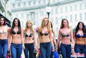 英国伦敦裸跑_信息时报综合报道  7月31日在英国伦敦,性感女模穿着隐形胸罩在摄政