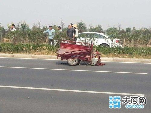 三轮车被撞瞬间遭神秘转移_电动三轮车车主(一位中年妇女)当场被撞身亡,电动三轮车被撞飞断裂!